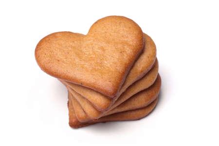 galleta de jengibre: galletas en forma de coraz�n de pan de jengibre primer plano sobre un fondo blanco
