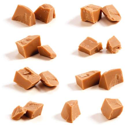 dulce de leche: Caramelo caramelos  piezas aisladas sobre un fondo blanco.