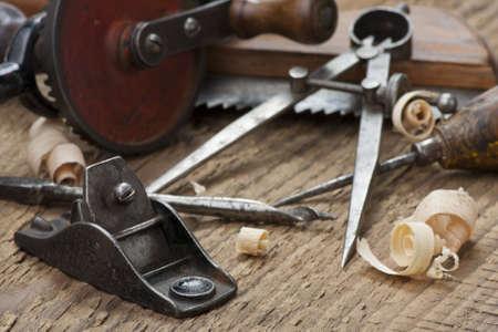 大工の手ツールは大まかな木製のテーブルに設定します。 写真素材
