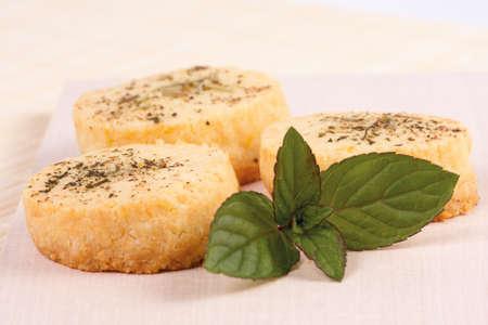 hortel� pimenta: Rec�m-assados ??biscoitos de queijo parmes�o com pimenta preta, hortel� e alecrim.