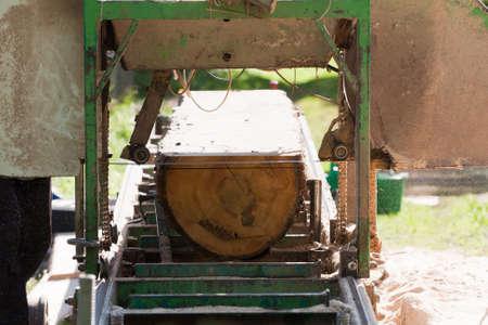 携帯用製材所板と原料の木材の処理 写真素材