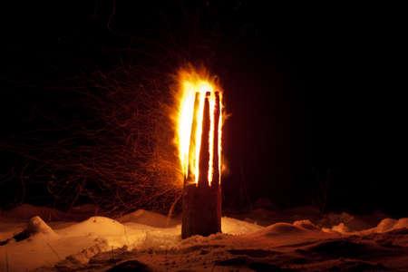 光に向かってもう一度有効にして闇の力と戦うための共同の努力の象徴である冬至ラトビア Yule ログ儀式を燃焼に異教の伝統儀式