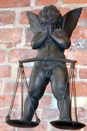 coppery: little angel scultura su scala Archivio Fotografico