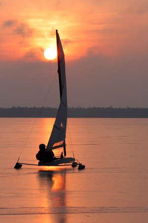 夕日で氷ボートのシルエット 写真素材