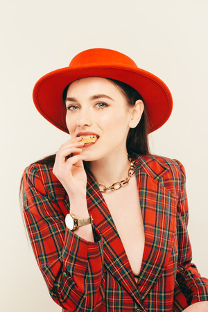 Ritratto di giovane ragazza alla moda. Portret di moda di donna elegante in cappello e giacca. Studio girato Archivio Fotografico