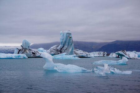 Icebergs in Jokulsarlon lagoon beneath Breidamerkurjokull glacier Sudhurland, Iceland Фото со стока - 129196041