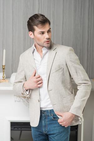 Modelo De Hombre En Chaleco Blanco, Pantalón, Camisa Y