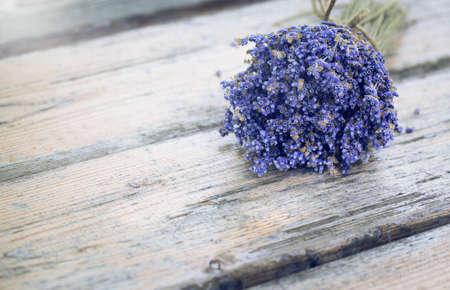 Bouquet von getrocknetem Lavendel auf einem alten bemalten Holzhintergrund hautnah. Französische rustikale Landhauseinrichtung