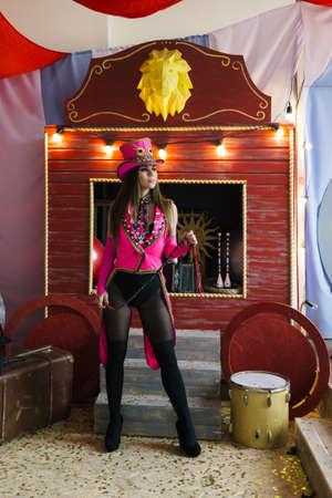 een jong meisje, een dierentemmer, bereidt zich voor om op het podium op te treden