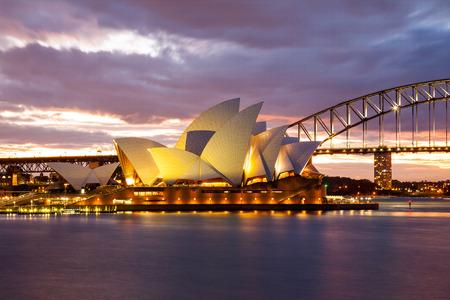 시드니, 호주 - 7 월 11 일 2010; 시드니 오페라 하우스 (Sydney Opera House)와 부인 맥쿼리의 시점에서 촬영 황혼 하버 브리지 에디토리얼