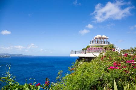 amantes: Guam, EE.UU. - 05 de marzo, 2016: Los turistas que buscan en todo el 'punto de estos dos amantes en Guam el día claro. Editorial