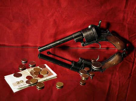 protecting your business: La protecci�n de sus ahorros concepto - rev�lver y dinero en fondo rojo Foto de archivo