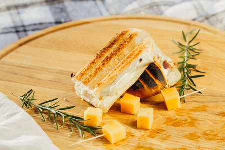 Fresh sandwich with meat and herbs with pieces of cheese and wine in fresh air Stockfoto
