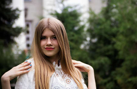 Portrait of a beautiful blonde girl with long hair in the Park. 版權商用圖片