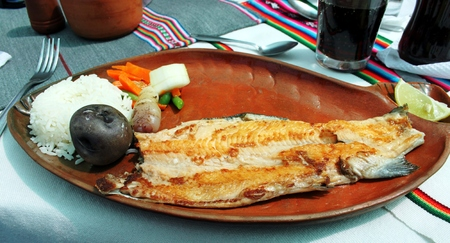 Peruvian fish dish with rice and potatoes Foto de archivo - 97872424