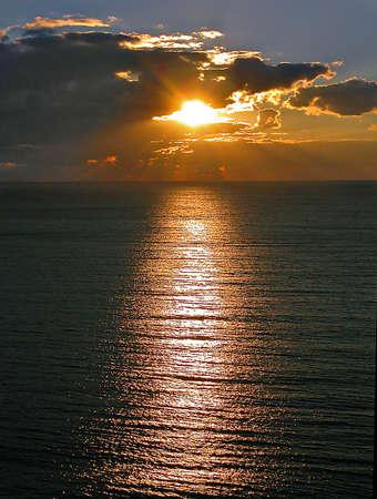 Puesta de sol en el mar de la costa del mar Negro.  Foto de archivo - 433132