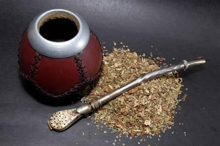 yerba mate: Copa de Calabash con yerba mate y t� paja.  Foto de archivo