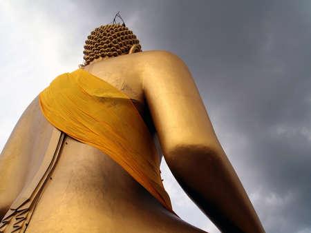 sotto la pioggia: immagine del Buddha Under rain cloud