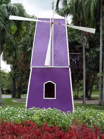 jardines flores: Turbinas de viento y jardines de flores en parque p�blico
