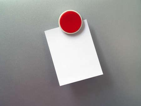 refrigerador: Imán del refrigerador y la nota en blanco para la introducción de texto Foto de archivo