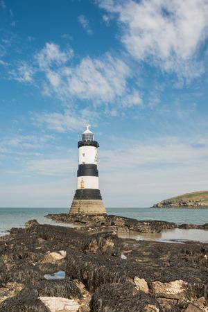 Penmon 북쪽 웨일즈의 Anglesey에 등대 스톡 콘텐츠