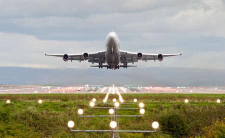 takeoff: aeroplano decollare in manchester aeroporto, Inghilterra, Regno Unito. Archivio Fotografico