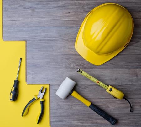積層物と黄色いヘルメットとツール