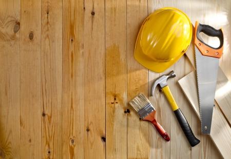 ブラシ、ツールおよびヘルメットと木製の床 写真素材