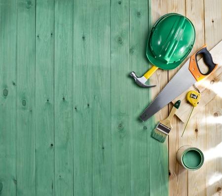 ヘルメット ツール、ペイント ブラシと緑の木の床