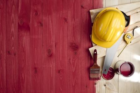 ブラシ、塗料、ツールおよびヘルメットと赤い木の床