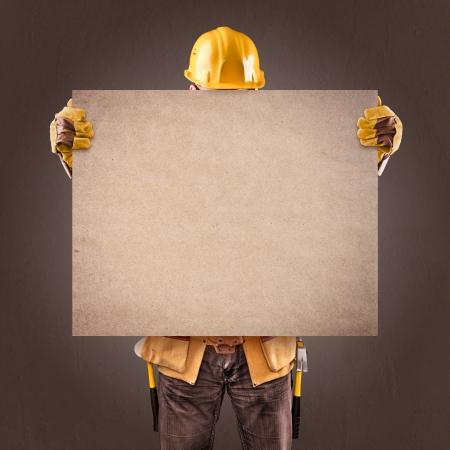 茶色の背景の上に情報ポスターと建設労働者