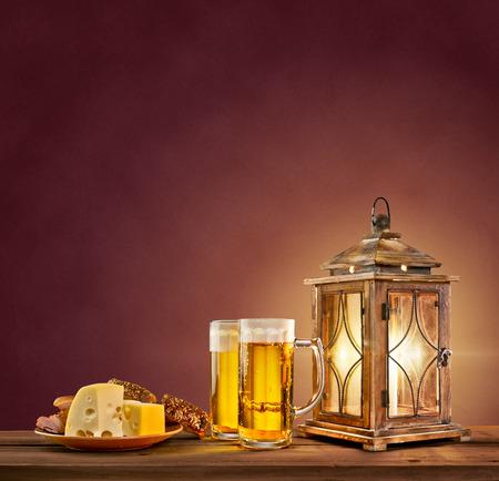 ビール、チーズ、パン ビンテージ背景に古いランタン 写真素材