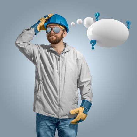 hombre pensando: la construcción del constructor del trabajador en el pensamiento del casco con bocadillo aislado Foto de archivo