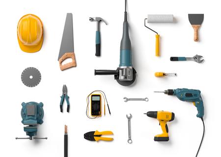herramientas de carpinteria: casco, taladro, amoladora angular y otras herramientas de construcción sobre un fondo blanco aisladas