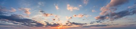 夕焼け雲と太陽と空のブルーのパノラマ
