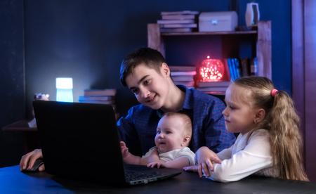 子供たちは、ラップトップ上で再生、映画を見る 写真素材