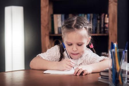 小さな女の子は、教育を取得します。 写真素材