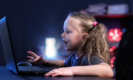 ラップトップを持つ少女 写真素材