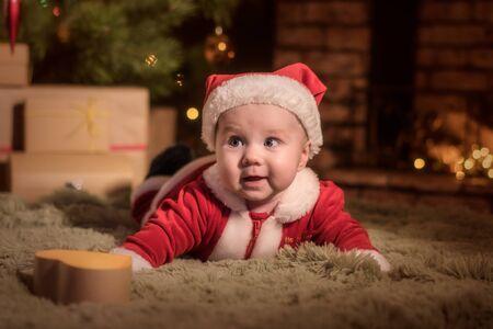 赤ちゃんサンタ クロースがクリスマスを祝う 写真素材
