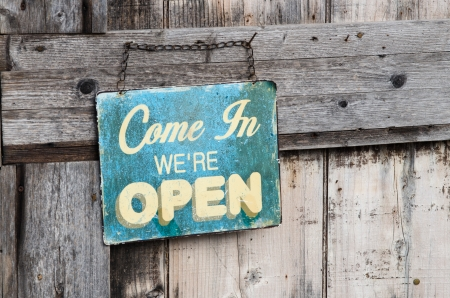 offen: Weinlese geöffnet Zeichen auf alten Holztür
