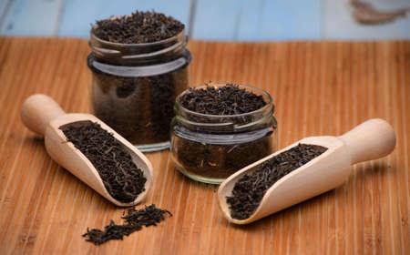 thé noir dans un récipient en verre
