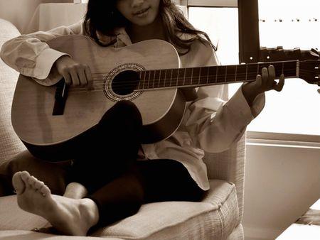 femme avec guitare: Playing Guitar avec Lovely Song Banque d'images