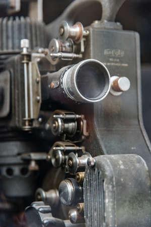 oude filmprojector in roestend zwart Stockfoto