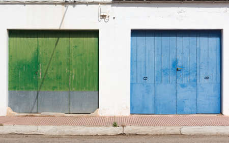 The neighbor of the green gate is the blue one