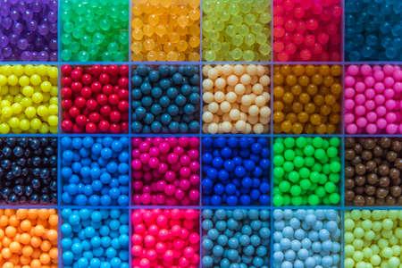 De nombreuses petites perles sont disposées dans la boîte