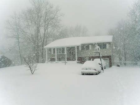 Dies ist ein Bild von einem netten kolonialen Hause nach einem frühen Morgenstunden Schnee.  Standard-Bild
