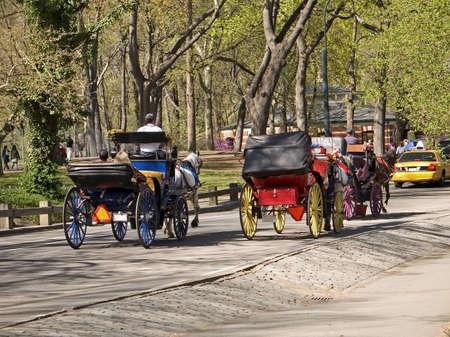 Ein Paar der Pferdekutsche Kutschen, die die Touristen für eine Fahrt in den Central Park.