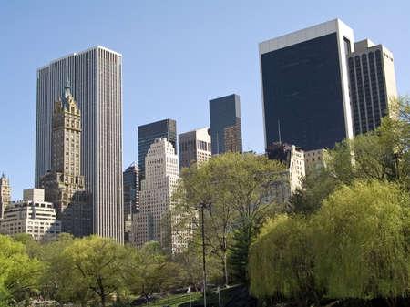 Hohe Gebäude übersehen Central Park in Manhattan.  Standard-Bild