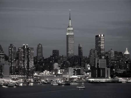 Ein Schwarz-Weiß-Bild der Skyline von New York City.