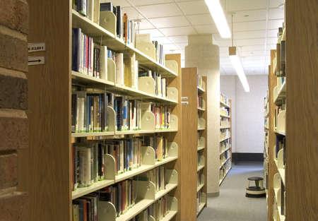 Ein Schuss von einigen Regalen Buch in einer öffentlichen Bibliothek.